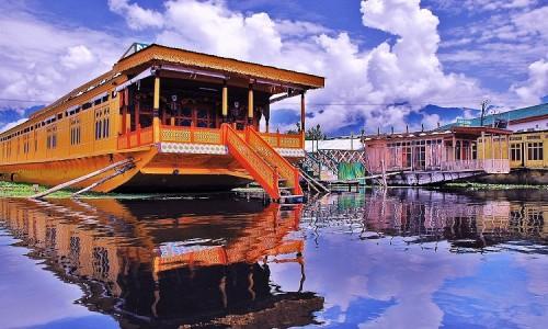 Houseboat-_Dal_Lake,_srinagar_Kashmir